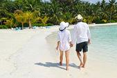 Glückliches junges paar am strand zu fuß — Stockfoto