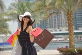 Hermosa mujer va de compras — Foto de Stock