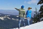 Ungt par i vinter snö scen — Stockfoto