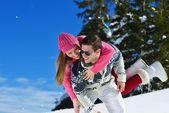 Пара в зимние снега — Стоковое фото