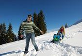 Família se divertindo na neve fresca em férias de inverno — Fotografia Stock