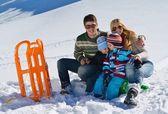 在寒假里新鲜的雪地上玩乐的家庭 — 图库照片