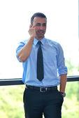 деловой человек говорят на сотовый телефон — Стоковое фото