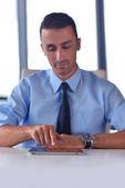 Działalności człowieka za pomocą tabletu kompter w urzędzie — Zdjęcie stockowe