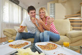Couple at home eating pizza — Foto de Stock