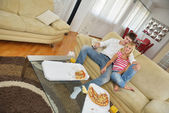 Couple at home eating pizza — Stock Photo