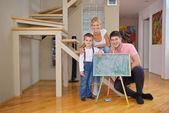 Rodzina rysunek w domu w zarządzie szkoły — Zdjęcie stockowe