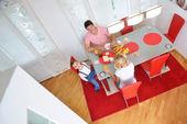 Famiglia fare colazione sana a casa — Foto Stock