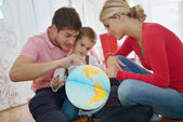 Familie plezier met globe — Stockfoto