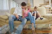 Rodzina w domu przy użyciu komputera typu tablet — Zdjęcie stockowe