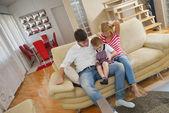 Famille à la maison à l'aide de tablette tactile — Photo