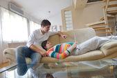 Pareja embarazada en el hogar con tablet pc — Foto de Stock