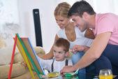 Aile evde okul yönetimi üzerinde çizim — Stok fotoğraf