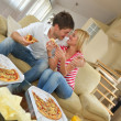 Couple at home eating pizza — 图库照片