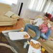 Couple at home eating pizza — ストック写真