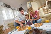 家庭吃披萨 — 图库照片