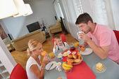 Familjen har hälsosam frukost hemma — Stockfoto
