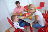 Family have healthy breakfast at home — Stockfoto