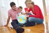 Familjen ha roligt med globe — Stockfoto