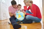 Famiglia divertirsi con globo — Foto Stock