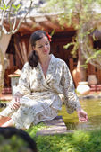Kvinnan vid fontänen, tropiska resort — Stockfoto