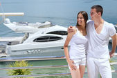 Couple next to yacht — Stock Photo