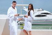 Coppia accanto a yacht — Foto Stock