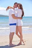 Bavit se pár na pláži — Stock fotografie