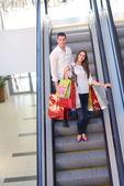 Paar einkaufen — Stockfoto