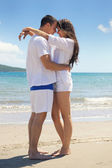 Paar hat spaß am strand — Stockfoto