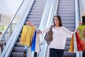 Donna presso centro commerciale — Foto Stock