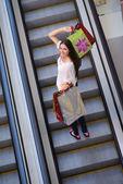 Femme au centre commercial — Photo