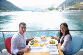 Пара, обедающая — Стоковое фото