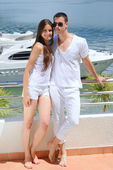 ヨットの横にあるカップルします。 — ストック写真