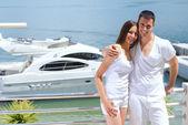 Молодая пара на яхте — Стоковое фото