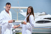 Junges Paar auf yacht — Stockfoto