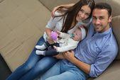 Jovem de família em casa — Fotografia Stock