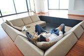 Paar zu hause entspannen — Stockfoto