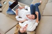 Couple using laptop — Stockfoto