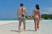 幸せな若いカップルはビーチで楽しい時を過す — ストック写真