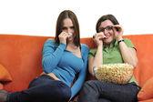 Amici mangiando popcorn e guardare la tv — Foto Stock