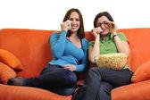 ポップコーンを食べたり、テレビを見ている友人 — ストック写真