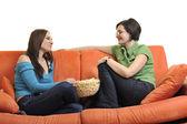 Amici femminili mangiare popcorn e guardare la tv — Foto Stock