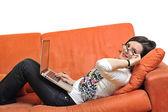 Donna utilizzando un computer portatile — Foto Stock
