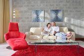 Paar met behulp van tablet pc thuis — Stockfoto