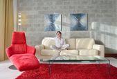 Donna di rilassarsi a casa — Foto Stock