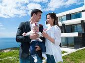 Gelukkige jonge familie thuis — Stockfoto