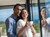 Spokojny młoda para w domu — Zdjęcie stockowe