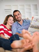 Расслабленной молодая пара дома — Стоковое фото