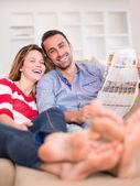 Evde rahat genç bir çift — Stok fotoğraf